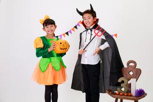 ハロウィンの仮装をした少年と少女の写真素材 [FYI04018700]