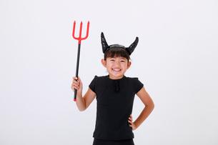 ハロウィンの仮装をして笑う少女の写真素材 [FYI04018701]