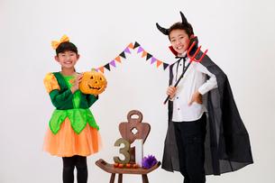 ハロウィンの仮装をした少年と少女の写真素材 [FYI04018702]