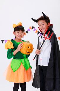 ハロウィンの仮装をした少年と少女の写真素材 [FYI04018703]