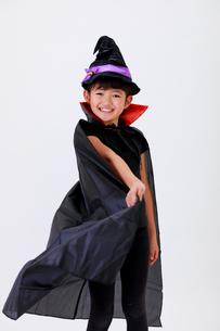 ハロウィンの仮装をして笑う少女の写真素材 [FYI04018707]