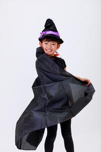 ハロウィンの仮装をして笑う少女の写真素材 [FYI04018709]