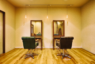 落ち着いた雰囲気の美容室の写真素材 [FYI04018716]