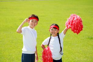 体操着で応援する子供たちの写真素材 [FYI04018763]