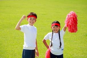 体操着で応援する子供たちの写真素材 [FYI04018764]