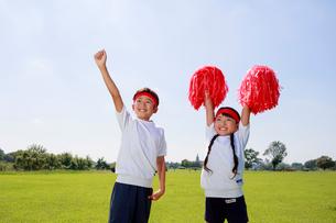 体操着で応援する子供たちの写真素材 [FYI04018765]