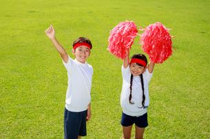 体操着で応援する子供たちの写真素材 [FYI04018766]