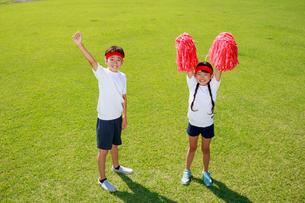 体操着で応援する子供たちの写真素材 [FYI04018768]
