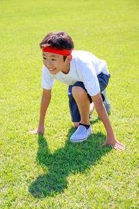 芝生の上でスタートを待つ少年の写真素材 [FYI04018769]