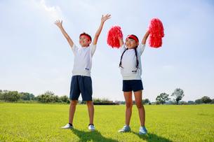体操着で応援する子供たちの写真素材 [FYI04018770]