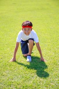芝生の上でスタートを待つ少年の写真素材 [FYI04018771]