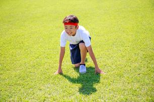 芝生の上でスタートを待つ少年の写真素材 [FYI04018773]
