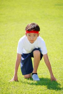 芝生の上でスタートを待つ少年の写真素材 [FYI04018774]