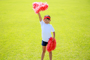 芝生の上で応援する少女の写真素材 [FYI04018776]