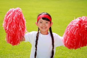 芝生の上で応援する少女の写真素材 [FYI04018782]