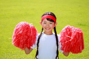 芝生の上で応援する少女の写真素材 [FYI04018785]