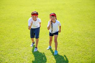 体操着でスタートを待つ子供たちの写真素材 [FYI04018786]