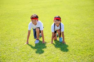 体操着でスタートを待つ子供たちの写真素材 [FYI04018787]