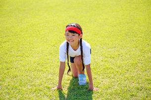 体操着でスタートを待つ少女の写真素材 [FYI04018789]