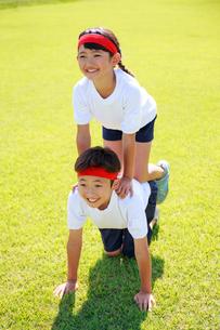 体操着で組体操の練習をする子供たちの写真素材 [FYI04018790]