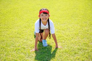 体操着でスタートを待つ少女の写真素材 [FYI04018791]