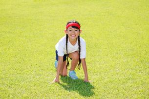体操着でスタートを待つ少女の写真素材 [FYI04018792]