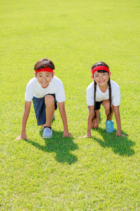 体操着でスタートを待つ子供たちの写真素材 [FYI04018794]