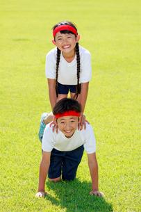 体操着で組体操の練習をする子供たちの写真素材 [FYI04018795]
