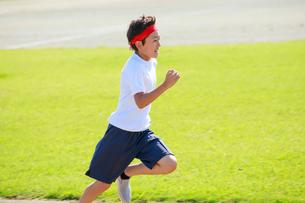 体操着で走る少年の写真素材 [FYI04018798]
