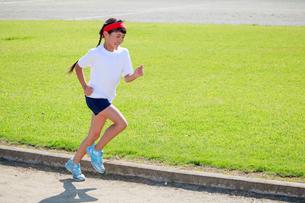 体操着で走る少女の写真素材 [FYI04018804]