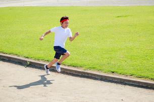 体操着で走る少年の写真素材 [FYI04018807]