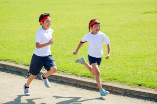体操着で走る子供たちの写真素材 [FYI04018808]