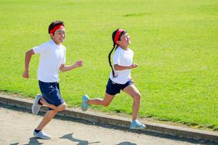 体操着で走る子供たちの写真素材 [FYI04018809]