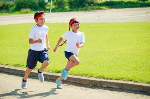 体操着で走る子供たちの写真素材 [FYI04018811]