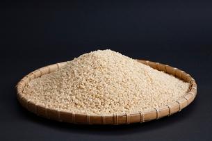 ざるに入った米の写真素材 [FYI04018856]