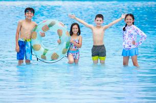 プールで遊ぶ子供たちの写真素材 [FYI04018913]