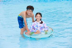 プールで遊ぶ子供たちの写真素材 [FYI04018916]