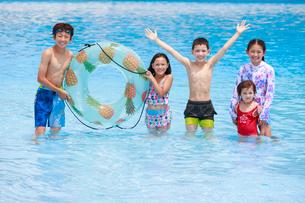 プールで遊ぶ子供たちの写真素材 [FYI04018917]