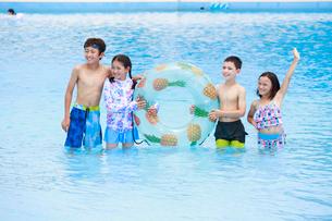 プールで遊ぶ子供たちの写真素材 [FYI04018922]