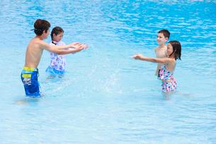 プールで遊ぶ子供たちの写真素材 [FYI04018925]