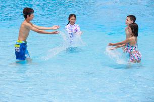プールで遊ぶ子供たちの写真素材 [FYI04018926]