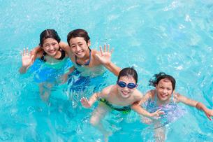 プールで遊ぶ子供たちの写真素材 [FYI04018935]