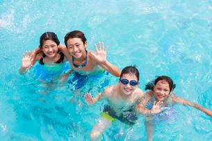 プールで遊ぶ子供たちの写真素材 [FYI04018936]