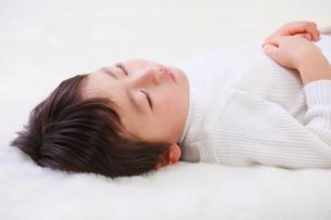 お昼寝する男の子の写真素材 [FYI04018942]