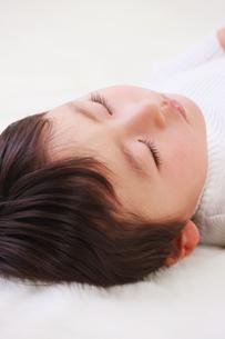お昼寝する男の子の写真素材 [FYI04018943]