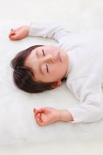 お昼寝する男の子の写真素材 [FYI04018944]