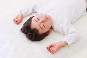 お昼寝する男の子の写真素材 [FYI04018945]