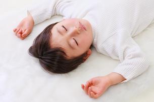 お昼寝する男の子の写真素材 [FYI04018947]