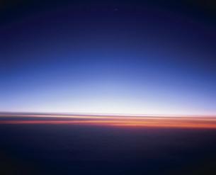 機上から見た日の出前の空の写真素材 [FYI04019125]