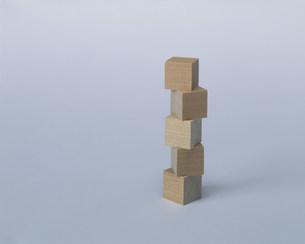 積み上げたサイコロ状の木の写真素材 [FYI04019171]